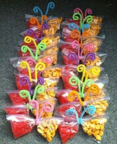 Healthy Snacks Discover 20 Creativas maneras para regalarle dulces a los niños Snack time fun for little kids! Made these for the kindergarteners on my last day of work and they loved them Class Snacks, Classroom Snacks, Preschool Snacks, Classroom Birthday Treats, Birthday Treats For School, Birthday Kids, Healthy Birthday Snacks, Birthday Party Snacks, Party Treats