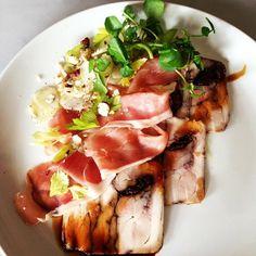Ensalada de Jamón con pollo, ciruelas pasas, avellanas, alcachofas...perfecta como plato único www.julianmartin.es