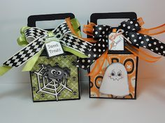 The Cricut Bug: Halloween Treat Box's using tags bags boxes & more mini monsters & doodlecharms. Halloween Paper Crafts, Halloween Candy, Halloween Gifts, Holidays Halloween, Fall Crafts, Holiday Crafts, Halloween Decorations, Halloween Taschen, Halloween Treat Holders