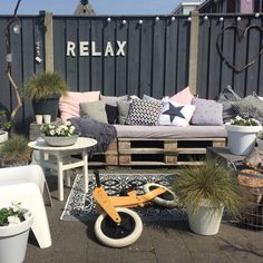 De laatste dag van de challenge van Mijn favoriete plek in de tuin is toch wel onze palletbank va… Outdoor Sofa, Outdoor Spaces, Outdoor Living, Outdoor Furniture Sets, Outdoor Decor, Backyard Projects, Backyard Patio, Diy Patio, Back Gardens