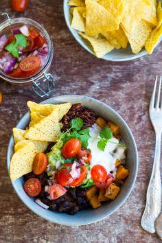 Dét her, det er aftensmad på den lækreste, mest snaskede og skønneste vis. Én skål med forskellige små retter i og så en god klat guacamole på toppen. Jeg lavede forleden denne skønne ret, som også kaldes en burrito bowl, som altså er en skål med forskellige mexicanske retter/ dele …
