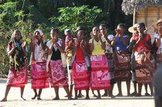 Accueil par les femmes d'un village uniquement accessible par le fleuve Marimbona ©Salaün Holidays