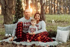 Christmas Pictures Family Outdoor, Christmas Photo Props, Xmas Photos, Christmas Portraits, Family Christmas Pictures, Xmas Family Photo Ideas, Christmas Minis, Family Photos, Outdoor Christmas Photography