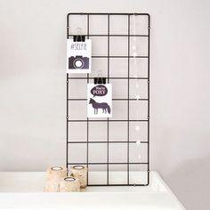 Ikea plantenrek met ansichtkaarten en papieren slinger.