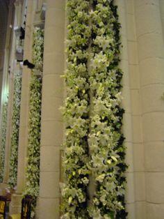 Decoración de las columnas de la Catedral de Madrid, con flores de la Oficina Holandesa , montadas con grúas y realizadas por un gran equipo de floristas.