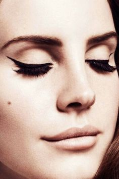 Lana Del Rey makeup. Black winged eyeliner with sharp neutral contouring around the lids.