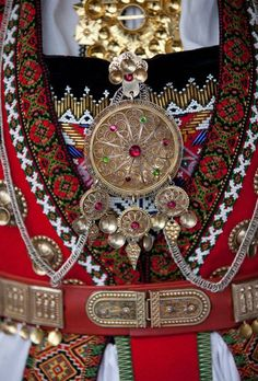 Bride dress from Norwegian Hardanger. Just love the details - I wish I had more traditional folk costumes. I would love to wed in this! Norwegian Wedding, Norwegian Style, Ethno Design, Beautiful Norway, Costumes Around The World, Scandinavian Countries, Hardanger Embroidery, Paper Embroidery, Mode Boho