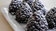 Kozalak Tatlısı Malzemeleri:  100 gr margarin  Yarım paket pirinç patlağı  1 paket bitter çikolata  1.5 yemek kaşığı kakao  2.5 yemek kaşığı bal  Üzeri için:  Pudra şekeri  Kozalak Tatlısı Yapılışı:  Yağ ve çikolata, benmari usulü eritilir.  Bal ve kakao ilav ...