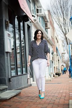 Jo-Lynne Shane wearing black print Express Portofino Shirt with white Paige Verdugo skinny jeans and Sam Edelman Hazel Pumps in Gulf Blue.