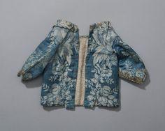 borstrokje van blauwe damast, Hindeloopen ca 1775-1800 Dit borstrokje van blauwe damast heeft een 18de eeuw model, waarbij de nauwe mouwtjes in vorm zijn geknipt. Gezien de maat van het jakje en het kostbare materiaal gaat het hierbij misschien om zogenaamd 'toongoed'. Dit is de mooie kleding waarin het pasgeboren baby'tje na ongeveer 8 dagen werd gepresenteerd aan familie en buren. #Friesland #Hindeloopen