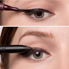 Image result for quick eyeliner tricks #EyelinerForBeginners Eyeliner Hacks, How To Do Eyeliner, Makeup Tutorial Eyeliner, Simple Eyeliner, Perfect Eyeliner, Eyeliner Styles, Winged Eyeliner, Pencil Eyeliner, Eye Makeup