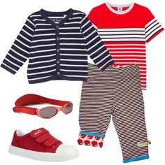 Outfit comodo pensato per un bimbo iperattivo formato un cardigan, una t-shirt e un pantalone dalla stampa a righe. Il pantalone però, ha la particolarità di essere reversibile e perciò si può decidere di indossarlo dal lato degli uccellini rossi. Il look si completa con un paio di sneakers e di occhiali da sole in rosso.