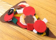 Use these free patterns for felt toys to make a pizza playset for your kids. This felt pizza toy is as simple as cutting shapes from felt. Felt Diy, Felt Crafts, All You Need Is, Felt Pizza, Preschool Crafts, Preschool Seasons, Classroom Crafts, Preschool Ideas, Teaching Ideas