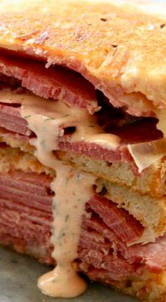 Corned Beef Sandwiches with Copycat Grouchos Sauce – Kolay yemek Tarifleri Corned Beef Sandwich, Pastrami Sandwich, Corned Beef Recipes, Deli Sandwiches, Sandwich Shops, Grilled Sandwich, Best Sandwich, Soup And Sandwich, Corned Beef Sauce