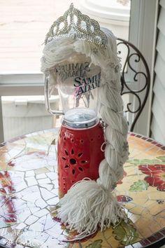 DIY Elsa Frozen Wig from the Undomestic Goddess Holidays Halloween, Halloween Diy, Halloween Costumes, Frozen Crochet Hat, Crochet Hats, Elsa Frozen, Frozen Cape, Frozen Birthday Party, Frozen Party