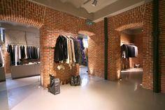 Alejandro: Interior de tienda al estylo londinense pero en madrid decorado con cimples ladrillos, dandole un estilo un poco más callejero y atrevido.