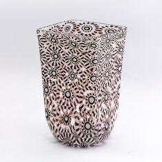 vaso di murrine esplose, questo prodotto interamente artigianale è realizzato con la tecnica della soffiatura dai migliori maestri artigiani. Murano glass vase, handmade and beautiful interior design.