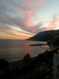 Maiori sunset  #positano #maiori #amalficoast #spiagge #italy #pompei #coteamalfitane #costieramalfitana #faunopompei #travel #sea #beach #hotelravello #bedandbreakfast #vietrisulmare #hotel #coast #excursions #cetara #ravello #night #sunset