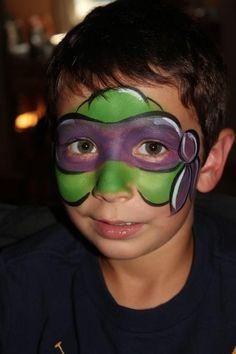 maquillage pour enfant, maquillage tortue ninja sur le visage d'un garçon