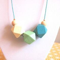 Sautoir graphique perles en bois géométriques dégradé vert et bleu sur fil de coton ciré turquoise