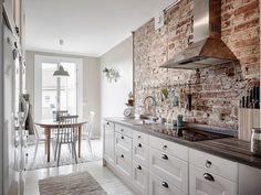 Трехкомнатная квартира в Гетеборге, организация пространства, скандинавский стиль, кирпичная кладка на кухне, деревянный декор, паркет