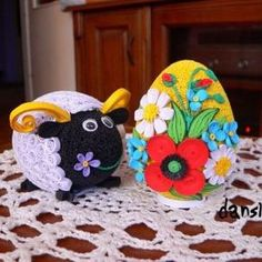 PISANKI WYKONANE TECHNIKĄ QUILLING Neli Quilling, Quilling Craft, Quilling Designs, Quilling Ideas, Egg Crafts, Easter Crafts, Arts And Crafts, Paper Quilling Tutorial, Quilling Animals