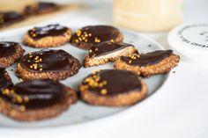 Křehké mandlové sušenky, které se vám rozplynou na jazyku. Stačí vám pár ingrediencí a za chvíli je máte na stole. Navíc jsou bez mouky a cukru. Tak co, jdeme na to? Jello, Cheesecake, Cooking, Food, Gelatin, Kitchen, Cheesecakes, Essen, Meals
