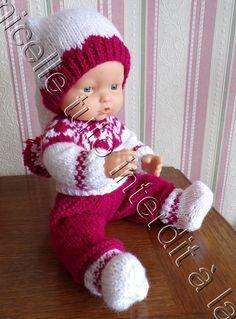 fin de tenue pour poupon Famosa avec ce bonnet de lutin tutos des autres pièces de la tenue ICI TUTO MATERIEL 32 g de laine à tricoter avec du 3,5 ( 22 mailles pour 10 cm) aig 3,5 POINTS EXPLICATIONS ICI côtes 1/1 jersey jacquard CATEGORIE LL tour de... Baby Cardigan Knitting Pattern Free, Knitting Patterns Free, Free Pattern, Jersey Jacquard, Tricot Baby, Pixie, Baby Born, Knitted Dolls, Christmas Baby