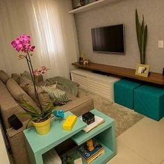 Projeto para sala de estar pequena  Destaque para o aparador lateral que auxilia na organização e os puffs para visitas. Inspire-se! .  Reprodução/Pinterest