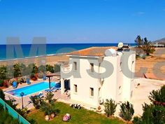 Villa Jan Lui Argaka Set in Argaka, this air-conditioned villa features a terrace with sea views. The property features views of the mountain and is 37 km from Paphos City. Free private parking is available on site.
