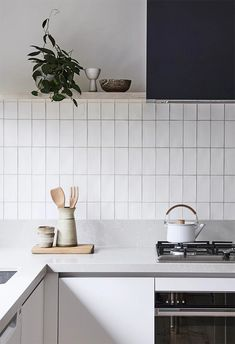 Kitchen backsplash with vertical stacking bond subway tile (via Bicker) Metro Tiles Kitchen, Kitchen Grey, Stylish Kitchen, Kitchen Tile Interior, Diy Kitchen Island, Kitchen Sink, Country Kitchen, Home Decor Kitchen, Kitchen Appliances