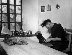 Le cordonnier de Saint Véran. 1948. ¤Robert Doisneau. Atelier Robert Doisneau | Site officiel