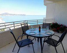 ALICANTE, CALPE. Ref-1355 Apartamento vistas playa. Alquiler de apartamento en el edificio Apolo XVII. Tiene capacidad para 4/6 personas. Dispone de dos dormitorios, dos baños, salón con sofá cama, cocina con galería cubierta y dos terrazas desde las que se contemplan magníficas panorámicas del Mediterráneo. Situado en #PrimeraLíneaPlaya dispone de jardín, #solarium y #piscinas.  #ApartamentoVistasPlaya
