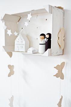 In de winkels zijn leuke stallen te vinden, maar het is nog leuker om er zelf één te maken.Bij deze het stappenplan voor een kerststal in een kistje.