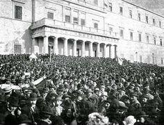 """Συλλαλητήριο μπροστά στα Ανάκτορα (σημερινή Βουλή).Αθήνα, 14 Σεπτεμβρίου 1909Φωτογράφος: Carl Boehringer[γεν. (;) – † 1916 ca.]Δράση: 1895-1916""""Carl Boehringer. Πλήθος συγκεντρωμένο μπροστά στα ανάκτορα, 1900 - 1910.(Φωτογραφία σε χαρτί με βάση τη ζελατίνα, 22,6X28,8. Συλλογή Μιχάλη Γ. Τσάγκαρη).Φαίνεται ότι απεικονίζεται το λαϊκό συλλαλητήριο της 14ης Σεπτεμβρίου 1909 που οργανώθηκε από το Στρατιωτικό Σύνδεσμο σε συνενόηση με τους συλλόγους και τις συντεχνίες, προκειμένου να υποστηριχθούν… Architecture People, Athens Greece, Black N White, Street View, Landscape, History, Artist, Black And White, Artists"""
