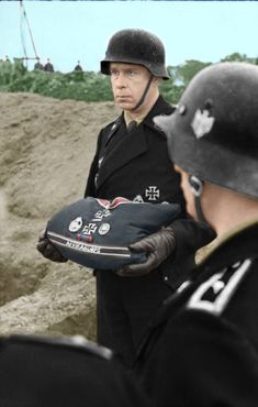 The last goodbye: Panzer officer carries cushion with the decorations of a comrade fallen in action who is being buried. The decorations include sleeve band of the Africa Corps, Panzer Badge, Iron Cross, and Wound Badge. German Soldiers Ww2, German Army, Military Photos, Military History, Afrika Korps, German Uniforms, Erwin Rommel, Panzer, Luftwaffe