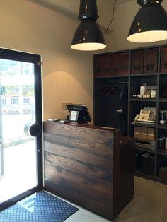 カウンター Barber Shop Interior, Barber Shop Decor, Salon Interior Design, Salon Design, Cafe Interior, Nail Salon Decor, Beauty Salon Decor, Woodworking Ideas To Sell, Clinic Design