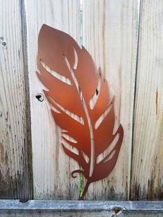 Outdoor Metal Wall Art, Metal Garden Art, Feather Wall Decor, Feather Art, Styrofoam Art, Glitter Wall Art, Earthy Home Decor, Metal Art Projects, Decorative Wall Panels