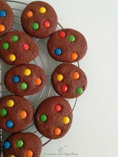 Biscotti con gli smarties, semplici e divertenti biscotti al cioccolato con l'aggiunta di colorati smarties, perfetti per i bambini ma buonissimi per tutti. Jam Cookies, Biscotti Cookies, Galletas Cookies, Easter Cookies, Ben E Holly, Christmas Cookies Gift, Cookie Gifts, Gingerbread Cookies, Kids Meals