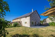 Domaine la Valade ligt in de nog rustige en groene Correze in de Limousin. Omgeven door natuur liggen op ons boerenerf 2 prachtige, luxe, vrijstaande gites en een camping a la ferme. De vakantiehuizen zijn volledig ingericht en hebben ieder een eigen prive omheinde tuin.