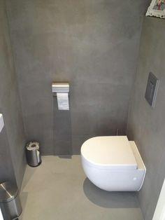 Een mooi strakke toilet met Beton Cire. De Beton Cire vakman heeft in Rijswijk een nieuw toilet gestukadoord met Beton Cire. Vooraf zijn de wanden eerst strak gestukadoord voordat de wanden zijn vo…