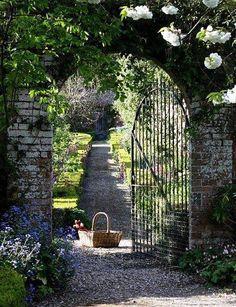 Porte de jardin ouverte = invitation à la découverte. Ici c'est la Provence.