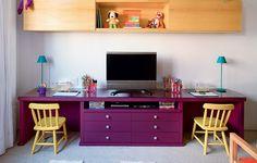 A base de uma antiga estante virou rack e escrivaninha no quarto das crianças. O acabamento é em laca