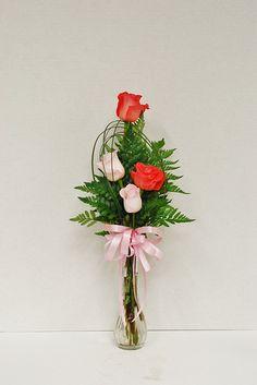 Eva's four bloom standard rose bud vase with bear grass embellishment Valentine's Day Flower Arrangements, Vase Arrangements, Floral Centerpieces, How To Wrap Flowers, Silk Flowers, Special Flowers, Funeral Flowers, Arte Floral, Bud Vases