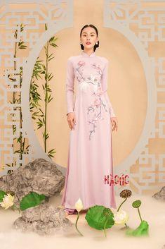 Vietnamese Traditional Dress, Vietnamese Dress, Traditional Gowns, Traditional Fashion, Floral Embroidery Patterns, Decor Room, Bridesmaid Dresses, Wedding Dresses, Beautiful Asian Women