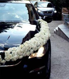 Guirlande de fleurs pour voiture de mariés