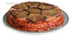 Questo timballo di riso e melanzane si può considerare in parmigiana dal gusto particolarmente accattivante.