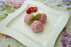 http://www.chefkoch.de/rezepte/1690351277295791/Erdbeer-Sahne-Eis.html