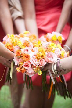 Un diseño único para cada una de las damas en la boda.  #maríalimón #floraldesign #florals #eventstyling #weddingstyling #trends #weddingdecor #summer #weddingstyle #vibrantcolors #inspiration #unique #yellow #orange #pink
