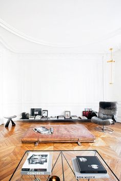 This stunning apartment-studio hybrid is home to the young and talented design duo Charlotte de Tonnac and Hugo Sauzay of Festen Architecture. It's insanely minimal, with an acute decorating. Design Loft, Deco Design, House Design, Design Design, Design Trends, Interior Exterior, Interior Architecture, Exterior Doors, Luxury Interior